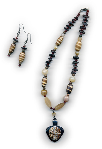 Necklace and earrings of garnet chips, horn, agate and bone with a shell turtle pendant