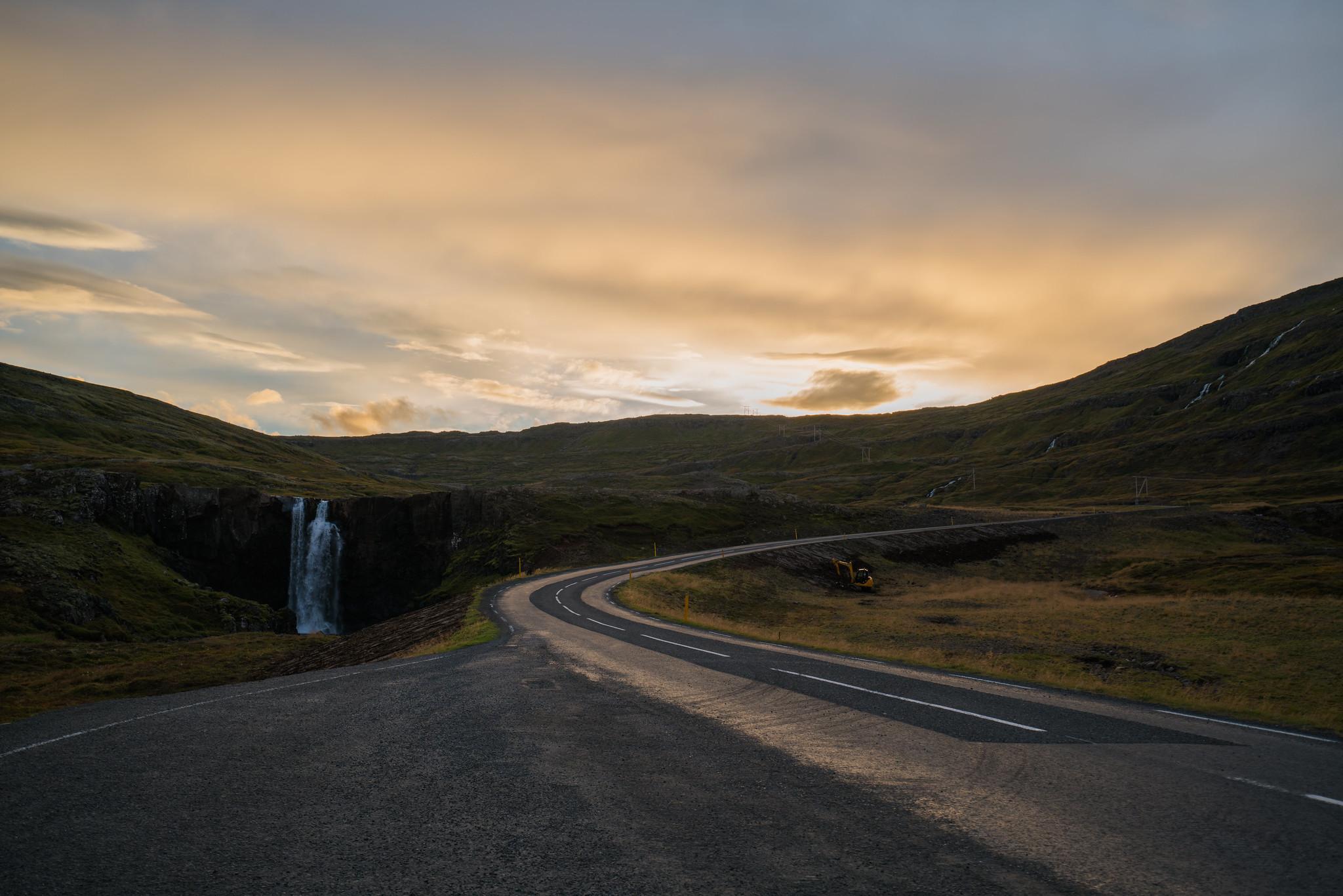 少对冰岛这遥远的地方有着憧憬   特别是主角华特米堤溜滑板的那一段