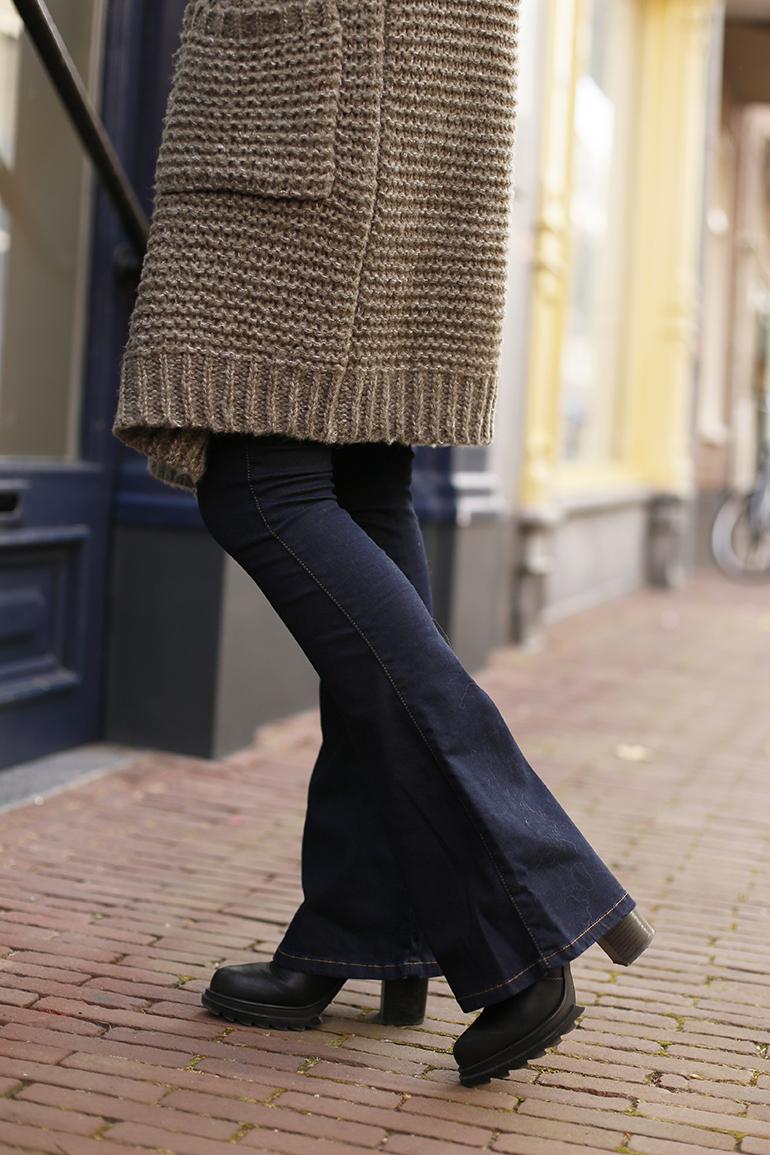 bootcut, bootcut jeans, fashionblogger, scarfz.nl, gesponsorde post, kortingscode, kleding, ceintuur, gouden oorbellen, arnhem, hakken, sjaal, sjaals, deken, geruite sjaal, one size fits all, outfitpost