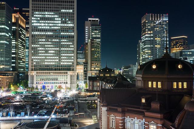 丸の内KITTEの屋上庭園から撮影する東京駅の夜景