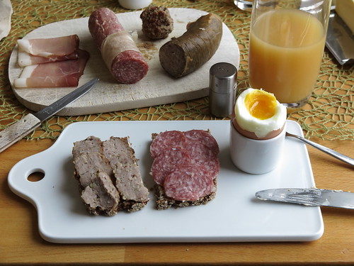 Frikadelle und Stracke auf Oldenburger Vollkornbrot zum Frühstücksei