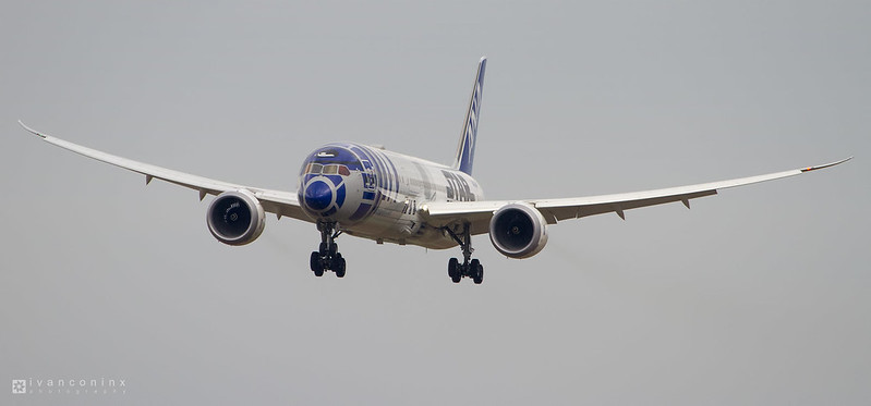 Boeing 787-9 Dreamliner – All Nippon Airways - ANA – JA873A – Brussels Airport (BRU EBBR) – 2016 11 06 – Landing RWY 25L – 01 – Copyright © 2016 Ivan Coninx R2-D2 ANA JET