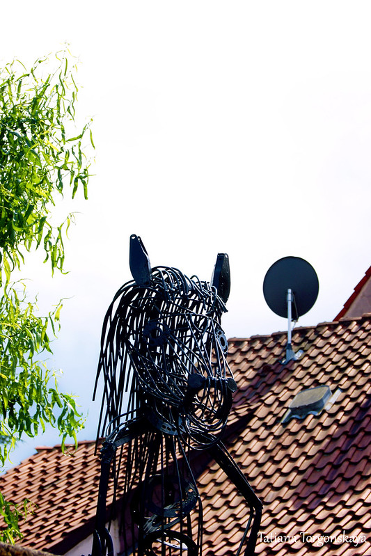 Скульптура возле дома
