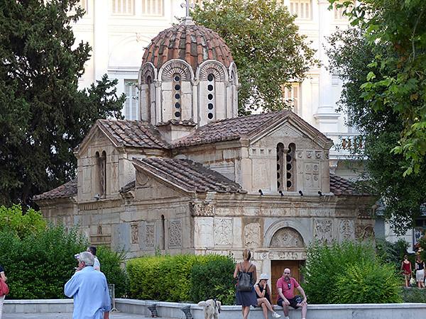 la petite église près de la cathédrale d'athènes