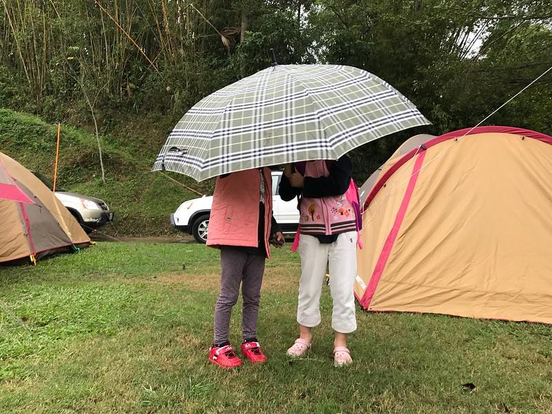 下雨了,女生們出去探險
