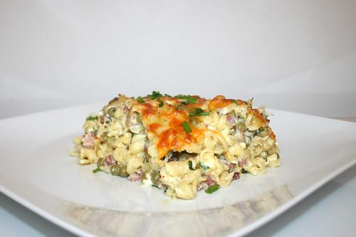 60 - Gratinated ham noodles with peas & feta - Side view / Gratinierte Schinkennudeln mit Erbsen & Schafskäse - Seitenansicht