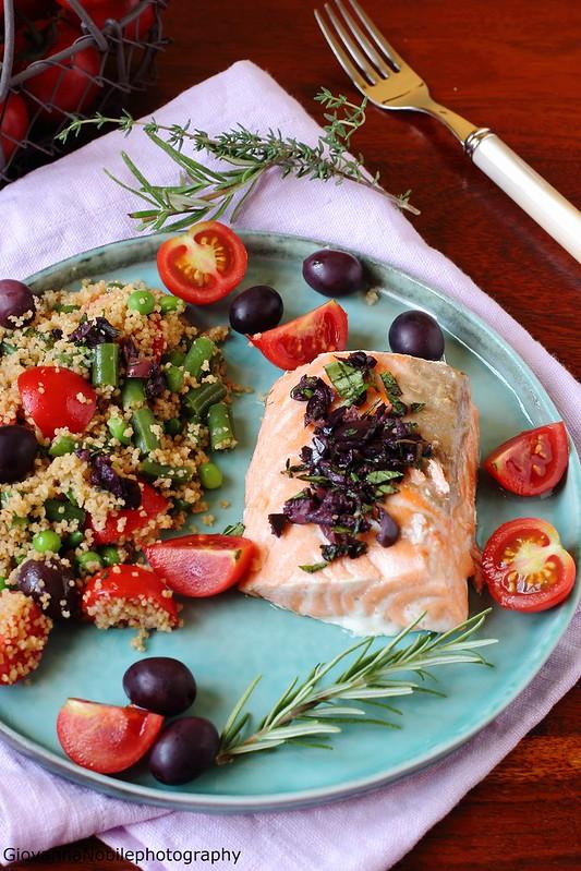 Ricetta del cous cous con verdure ed erbe aromatiche e trancio di salmone al forno con pesto di olive nere