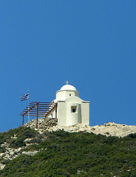 église blanche au-dessus de l'église de Drosiani