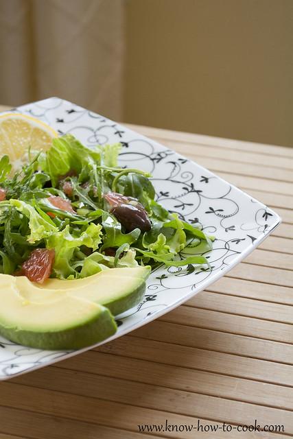Свежа зелена салата с рукола, авокадо, грейпфрут и маслини