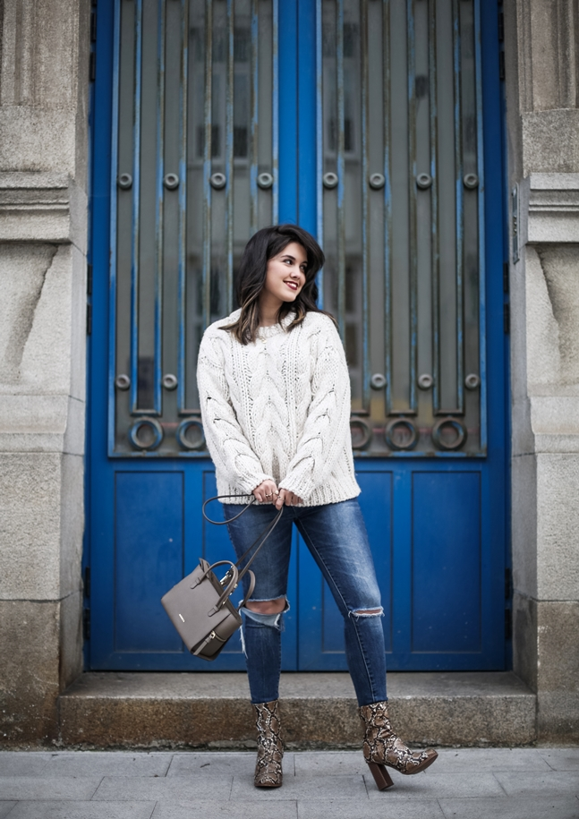 Ripped-jeans-La-Redoute-White_Knit-Snake_Effect_Booties-Acosta-Carmen-_Bag-Outfit-Street_Style9