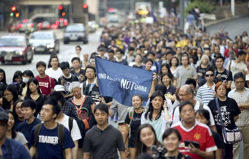 2016年11月6日,香港反對人大釋法遊行,有人高舉「Hong Kong is NOT China」旗幟。(余俊亮攝/香港01)