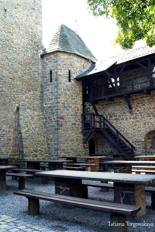 Столы во дворе крепости