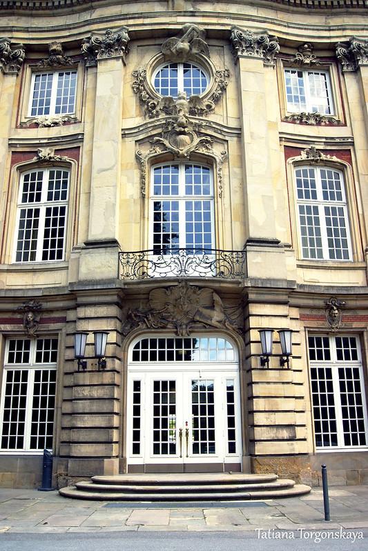 Вход в западном фасаде