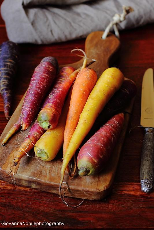 Carote colorate sul tagliere