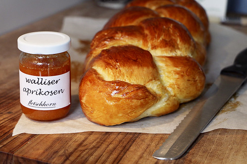 Butterzopf nach Markus Neff, Waldhotel Fletschhorn Saas Fee mit Walliser Aprikosen Konfitüre vom Fletschhorn