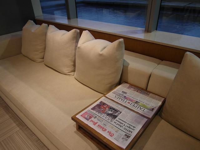 六樓外面是戶外游泳池,裡側有擁有基本設備的健身房,健身房外有個具休息功能的大廳,附有四款報紙(聯合報、自由時報、The China Post、TAIPEI TIMES)@台中日月千禧酒店