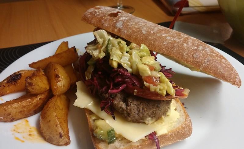 Ciabatta-Rotkraut-Burger mit Hacksalat und Potato-Wedges