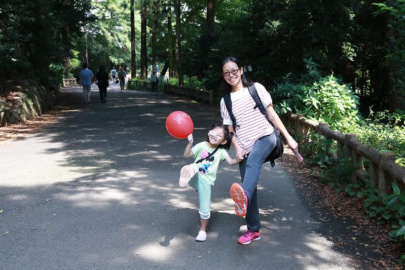 燕和寶妹抬高腳