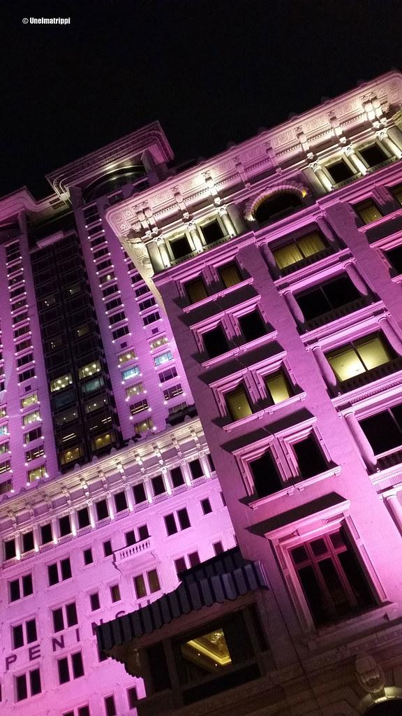 Peninsula-hotelli violetissa valaistuksessa