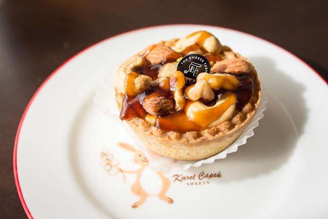 PABLO miniのチーズタルト「4種のナッツとビターキャラメル」の写真