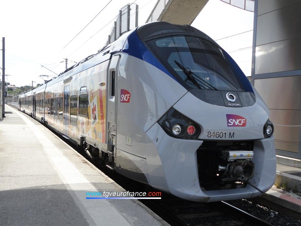 La rame Régiolis B 84601-B84602 Alstom sur la voie A de la gare d'Aubagne-en-Provence