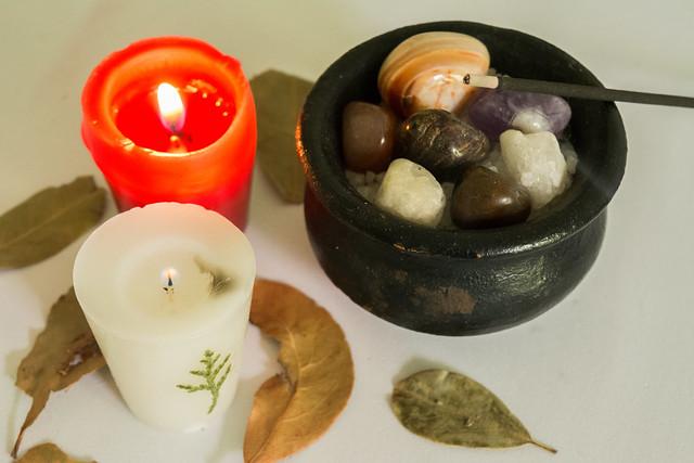 Velas, incensos e pedras.