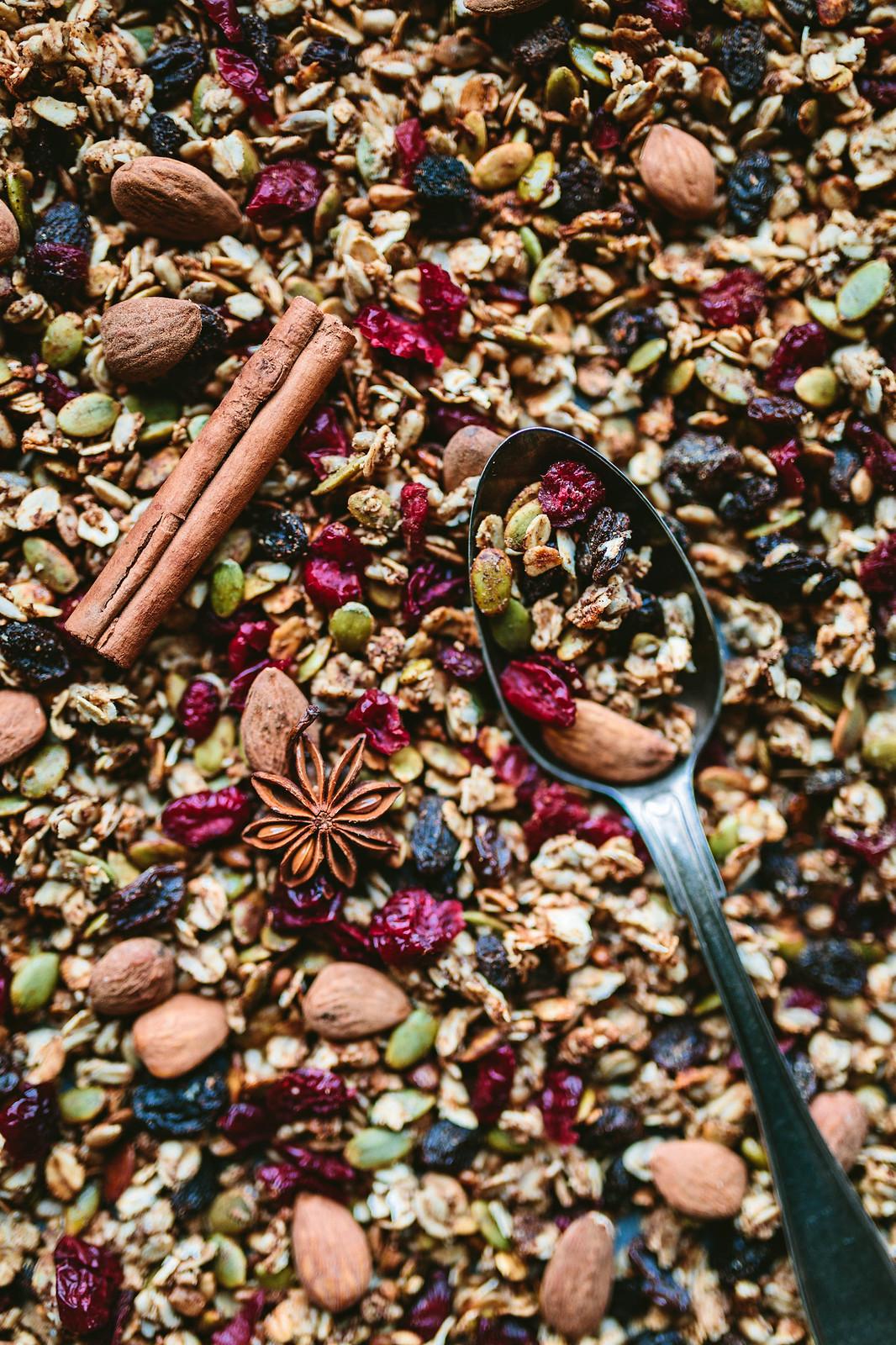 Granola med pepparkakskryddor, tranbär och russin - Evelinas Ekologiska