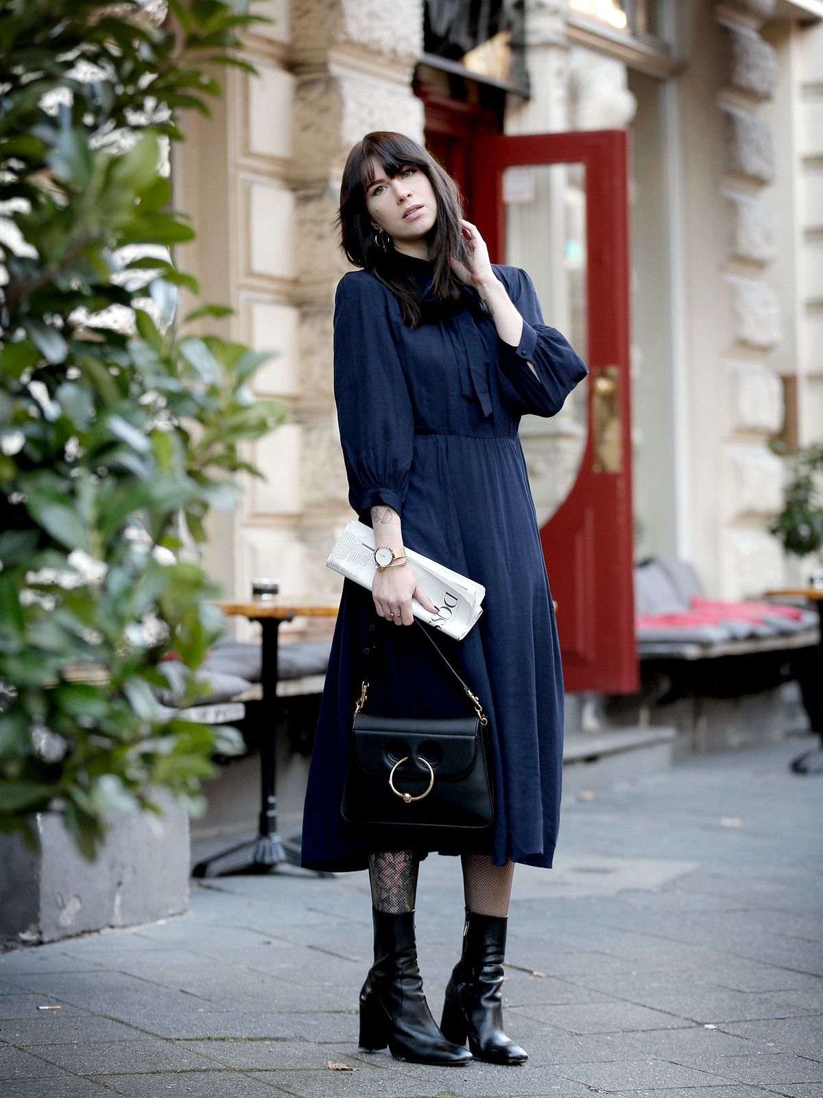 mint&berry midi dress blue navy 60s boots parisienne j.w.anderson pierce bag black bangs brunette newspaper cafe chic fashionblogger paris germanblogger cats & dogs ricarda schernus modeblogger berlin düsseldorf 8
