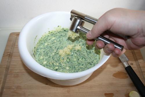 18 - Knoblauch dazu pressen / Add garlic