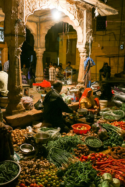 Vegetable shop in the bazaar at night, Jaisalmer, India ジャイサルメール、夜のバザール