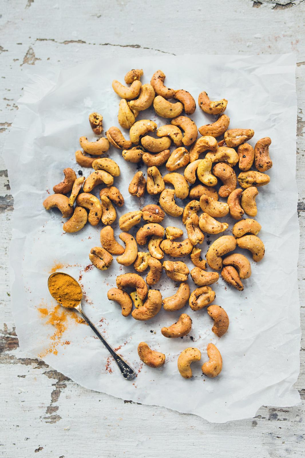 Rostade cashewnötter med gurkmeja, chili och havssalt - Evelinas Ekologiska