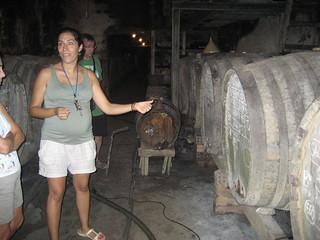 Montse, enóloga de la bodega familiar Mas Molla, de Calonge, explica la elaboración del vino de payés.