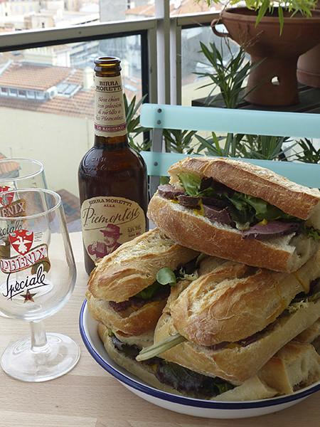 bière et sandwiches au rosbif