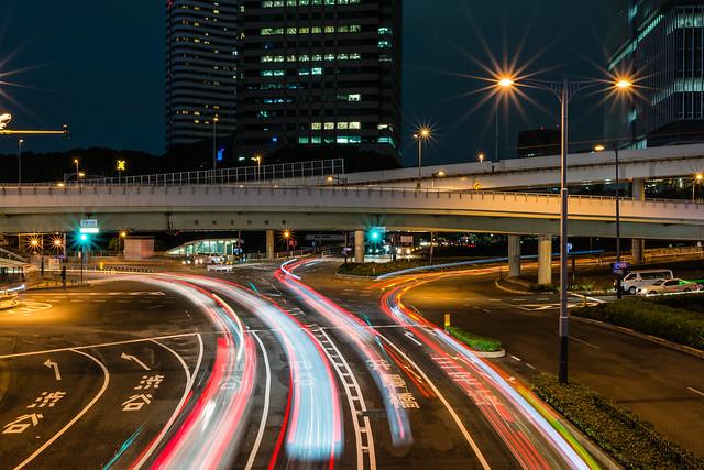 歩道橋から撮影した夜景と光跡