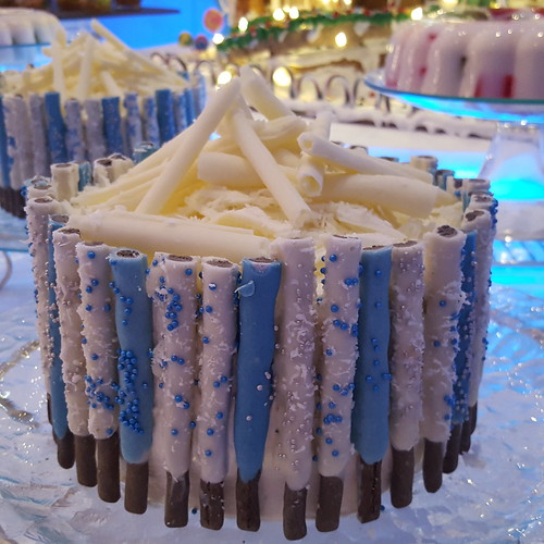 "DavaoFoodTripS.com : Candied Pretzel Cake | Seda Abreeza's Blue-themed Christmas Eve Dinner, ""Gliteratti"" New Year's Eve Countdown Party and More This December 2016"