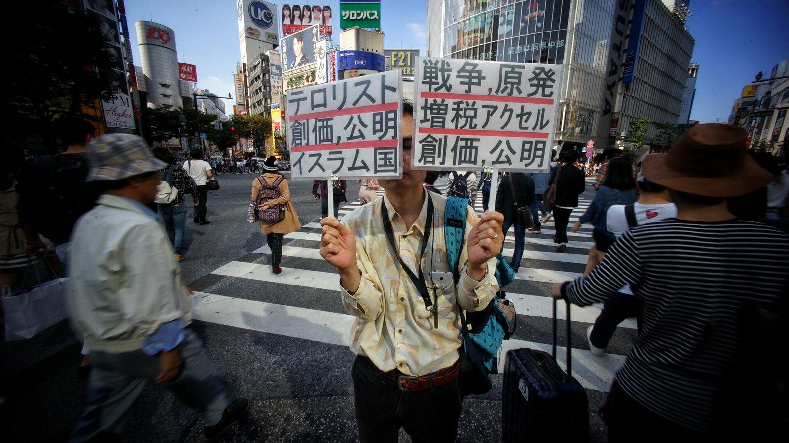 Man with a Message #shibuya #tokyo #japan15 #SonyA7 #Voigtlander12mm