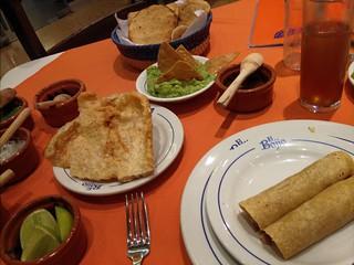 Tacos, chincharón, guacamole e michelada.