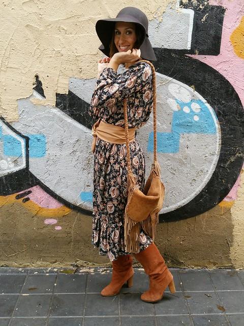 70s, abrigo pelo, boho, bolso marrón piel flecos, botas canela, brown fringed bag, cinnamon boots, cinturón obi camel, Groupies, hair coat, mango, massimo dutti, obi camel belt, paisley print dress, pamela, pamela hat, parfois, pull & bear, setentero, seventy, vestido paisley, zara