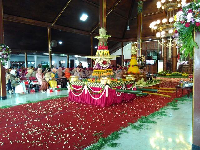 Tumpeng Lanang dan Tumpeng Wadon dalam prosesi kirab Bersih Nagari(18/11)