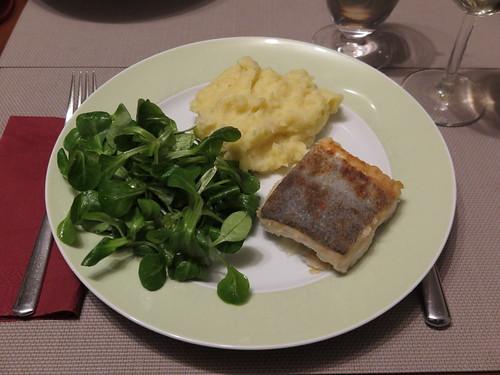 Auf der Haut gebratener Seehecht mit Kartoffel-Sellerie-Stampf und Feldsalat (mein Teller)
