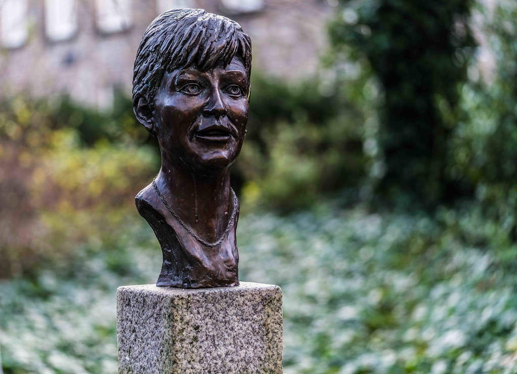 BRONZE OF VERONICA GUERIN [DUBLIN CASTLE]-110753