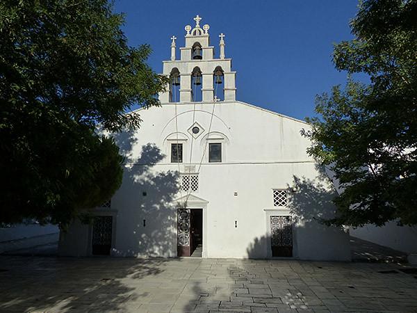 façade de l'église d'apiranthos