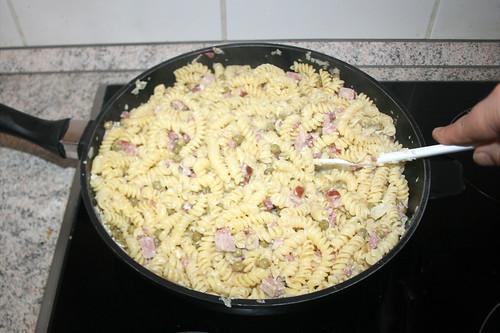 42 - Nudeln mit Sauce vermengen / MIx sauce with noodles