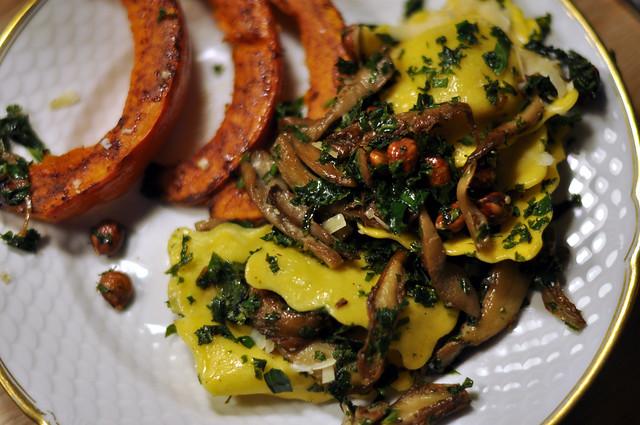 Bagte græskar og ravioli med grønkål, østershatte og hasselnødder