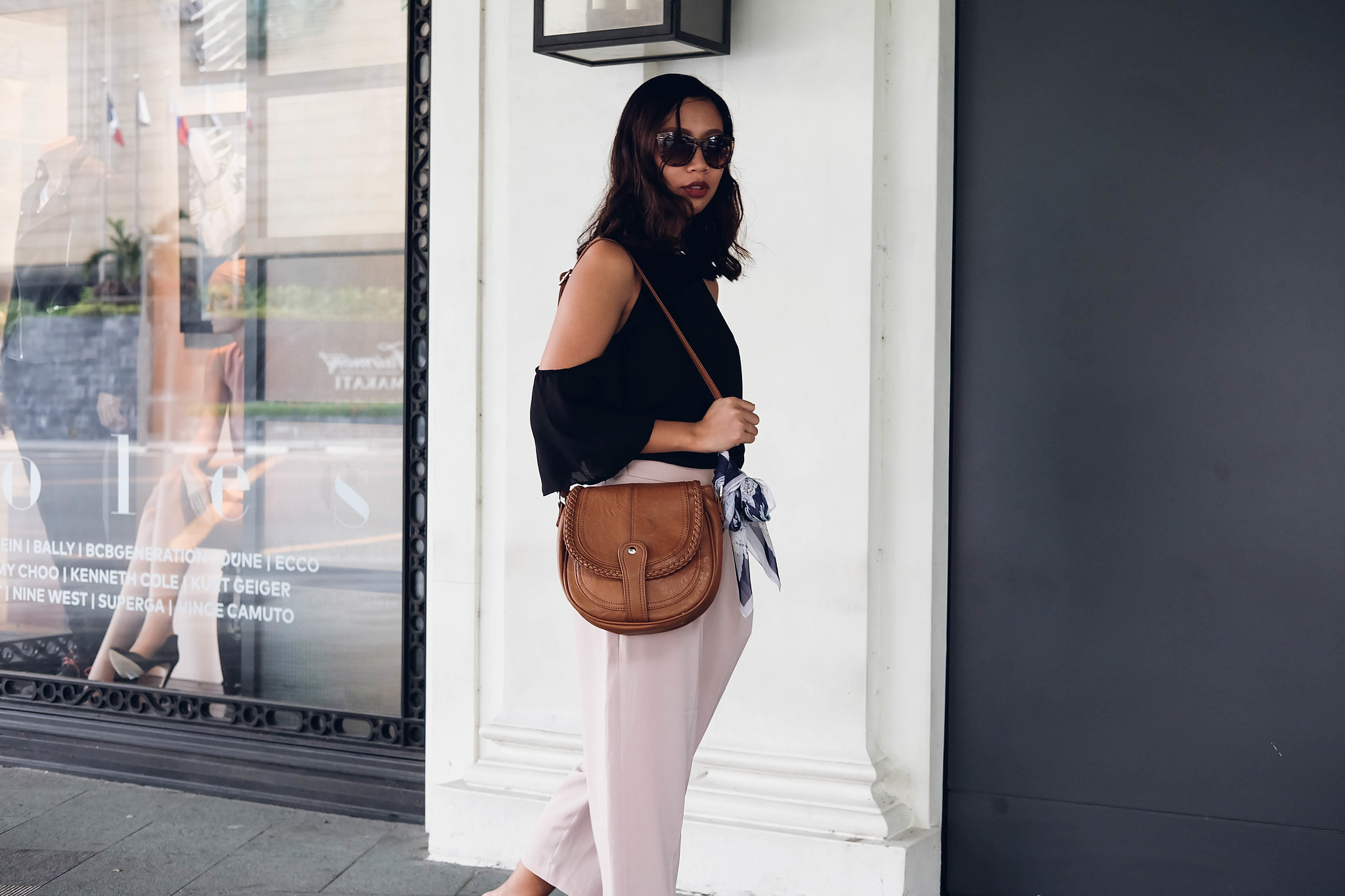 uniqlo pants parisian bag