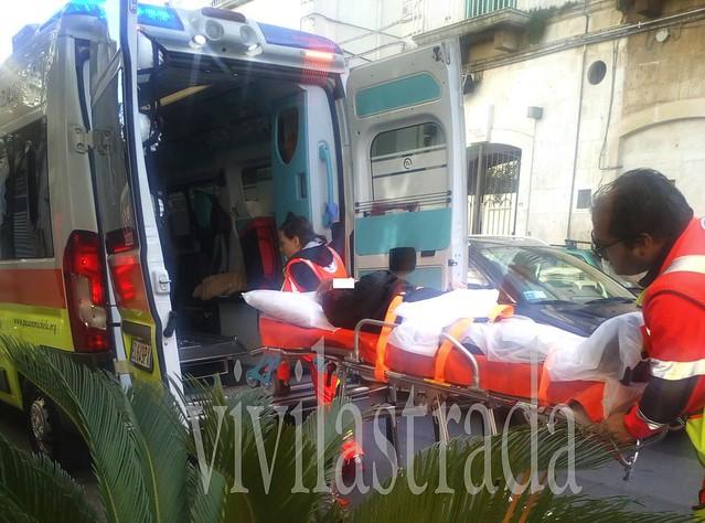 L'anziana soccorsa, cadendo ha rischiato di finire sotto l'auto