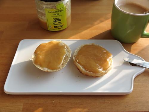 Honig auf übrig geblieben Brötchen zum Nachmittagskaffee