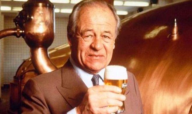 Freddy-Heineken-holding-a-beer