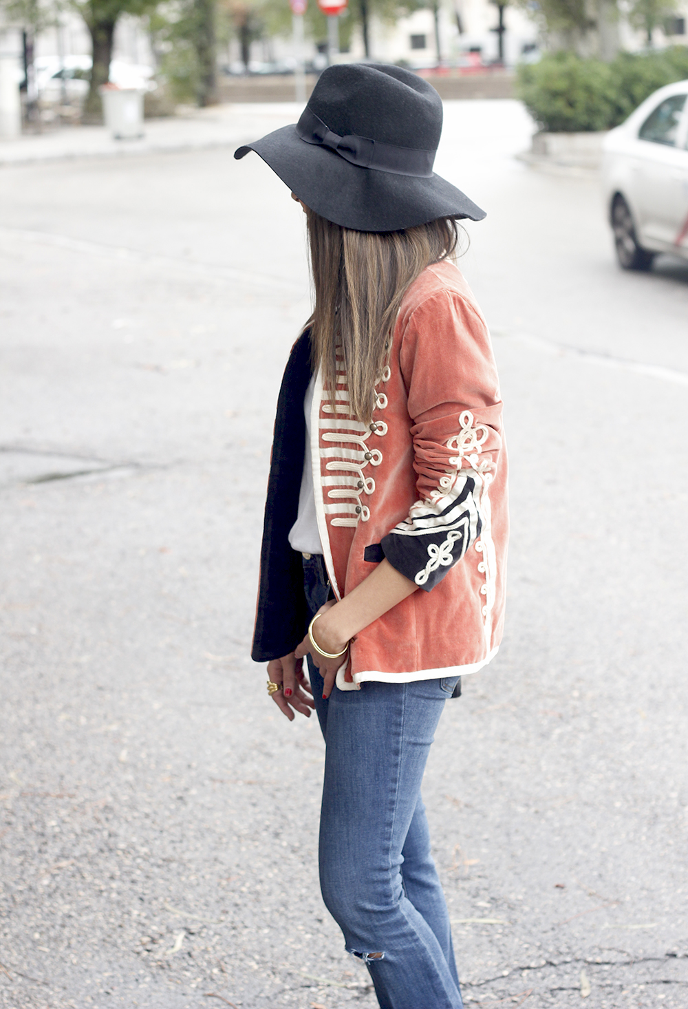 velvet jacket jeans hat rainny day heels accessories outfit style fashion05