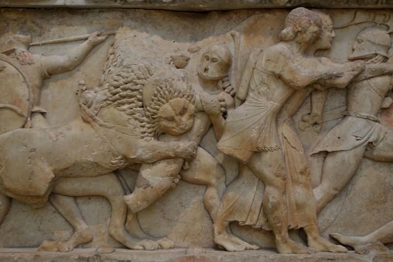 Detalle de la Gigantomaquia. Los hoplitas son los gigantes, el león arrastra un carro que lleva a Rea, las dos figuras con tunicas de la derecha son los gemelos Apolo y Artemis